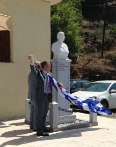 «Ο Δήμαρχος Καλαβρύτων κ Γ. Λαζουράς και ο Πρόεδρος του Συλλόγου Πλανητεριωτών κ Άγγελος Βαγενάς κάνουν τα αποκαλυπτήρια της προτομής»