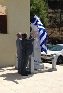 ,«Η σημαία αποκαλύπτει την Προτομή της αείμνηστης ηρωίδας Ιατρού Ευδοκίας, υπό τους ήχους ηρωικών εμβατηρίων»