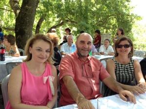 «Ο εκδότης της Φωνής των Καλαβρύτων κ Πάνος Τσαπάρας εν μέσω της Κοσμήτορος και της Αντιπροέδρου της ΠΕ»